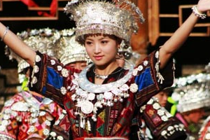 中国少数民族服装服饰展在意大利开幕